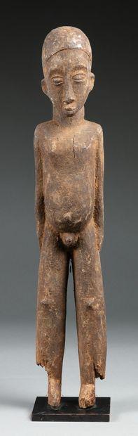 Statue présentant un personnage à l'expression...