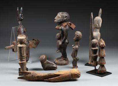 Ensemble comprenant: une statue Lobi représentant...