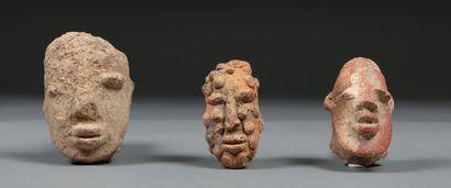 Ensemble de trois têtes Terre cuite beige...