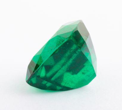 Emeraude de 2,56 ct. d'un vert absolument remarquable à la saturation forte soulignée...