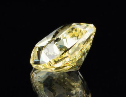 Diamant naturel jaune intense (Fancy Intense Yellow) de 5,61 ct., taille coussin...