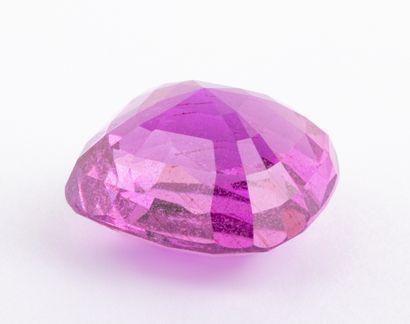 Saphir rose tirant sur le violet de 9 ct. taille coussin modifié d'une couleur intense....