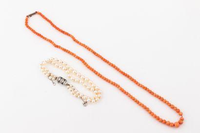 Un bracelet de deux rangs de perles de culture...