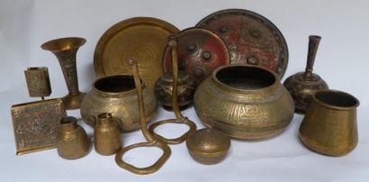 Dinanderie ottomane Ensemble de trois coupes,...