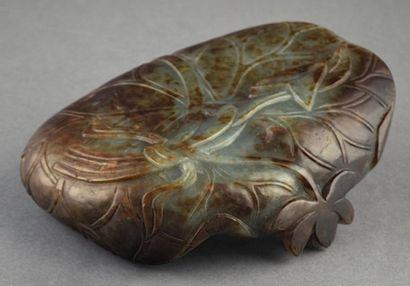 Rince pinceau en jade formé d'une feuille...