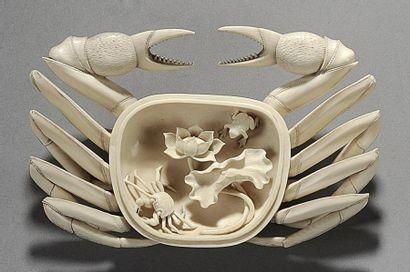 Crabe en ivoire finement ciselé, le corps...