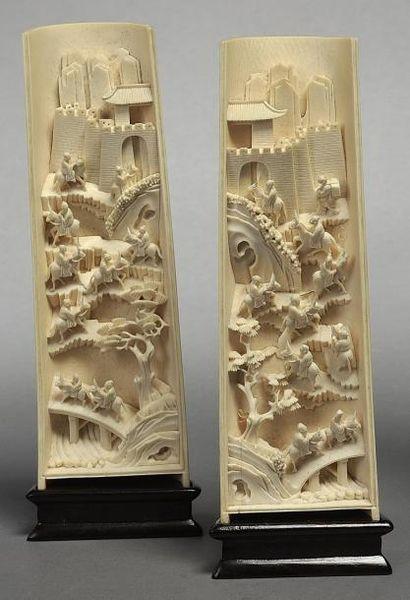 Paire de bas-reliefs tronconiques en ivoire...