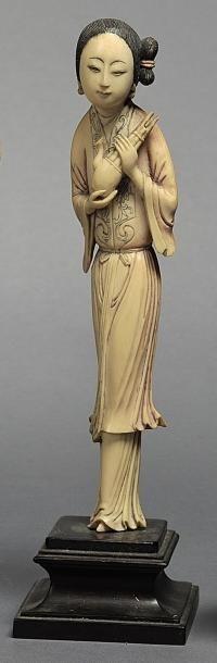 Sujet en ivoire sculpté et peint représentant...