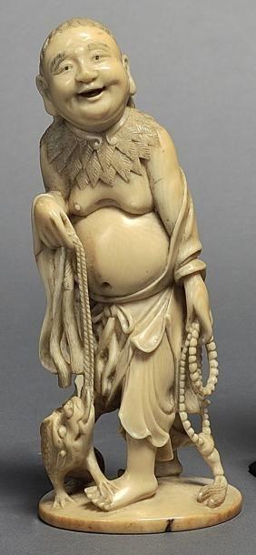 Sujet en ivoire sculpté figurant un personnage...