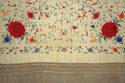 Châle carré en soie à décor brodé de fleurs...