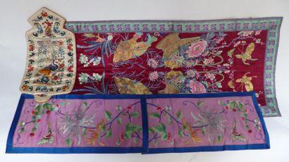 Lot de quatre pièces de soie brodées de motifs...