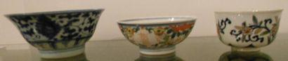 Trois petits bols en porcelaine aux motifs...