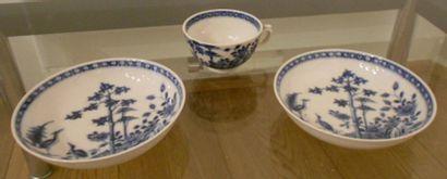 Une tasse et deux sous-tasses en porcelaine...