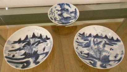 Une sous-tasse en porcelaine à décor bleu...