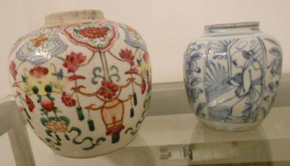 Deux pots à gigembre en porcelaine, décors...