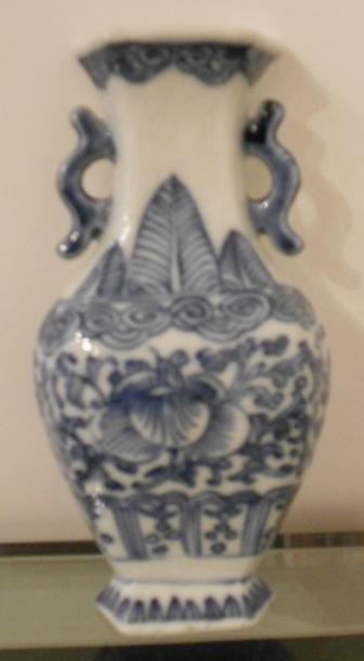 Petit vase mural en porcelaine à décor bleu...