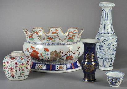 BOUTEILLE en porcelaine à décor bleu sur...