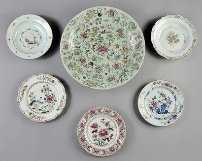 Grande assiette en porcelaine céladon à décor...
