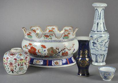 RAFRAÎCHISSOIR en porcelaine à décor émaillé...