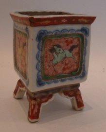 Petit pot en porcelaine à décor de chevaux...