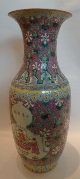 Vase en porcelaine en décor de scènes animées...