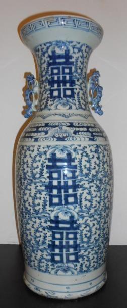 Grand vase en porcelaine au décor bleu sur...