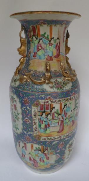 Vase en porcelaine de Canton, à décor finement...