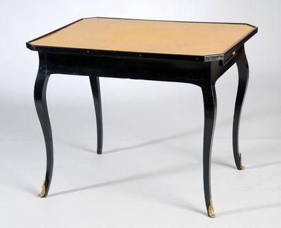 TABLE À JEU en bois noirci ouvrant par 2...