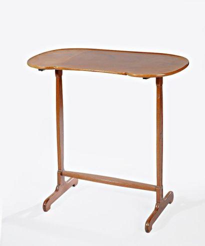 TABLE DE SALON en acajou et placage d?acajou....