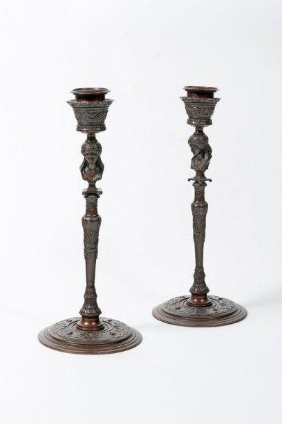BARBEDIENNE Paire de bougeoirs en bronze...