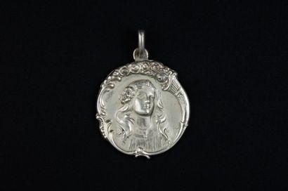 Pendentif Art Nouveau en argent 925 millièmes en forme de médaille ornée d'un buste...