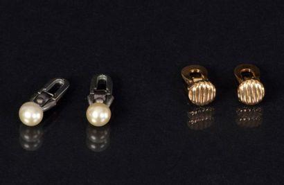 BIJOUX Suite de deux paires de boutons de col, l'un en or jaune et l'autre serti...