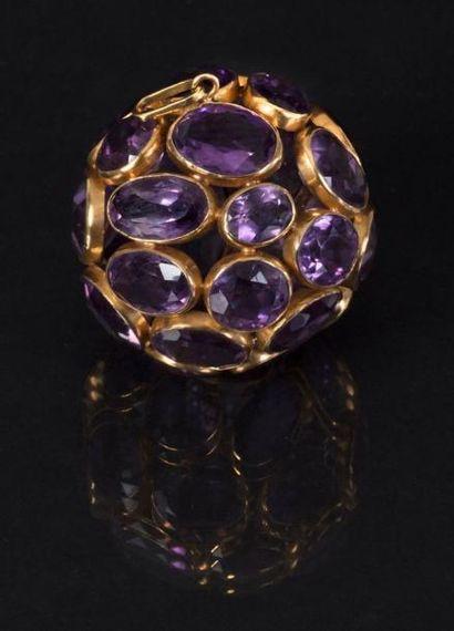 ART DECO Exceptionnel pendentif figurant une boule en or jaune 750 millièmes sertie...