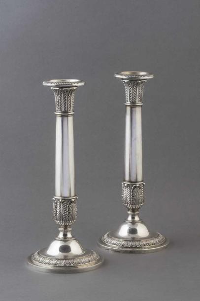 FLAMBEAUX Paire de flambeaux Louis-Philippe en argent (non titré) à décor finement...