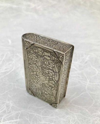 BOITE EN ARGENT Une petite boîte à Coran en argent finement gravée d'une scène d'agapes....