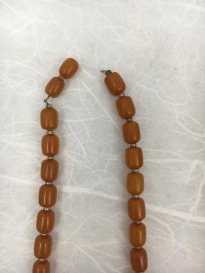 Colliers (bakélite) Cinq colliers de perles de bakélite. Deux fermoirs cassés.