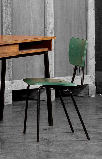 Attribué à Pierre GUARICHE (1926-1995) Chaise piètement en métal noir. Accidents...
