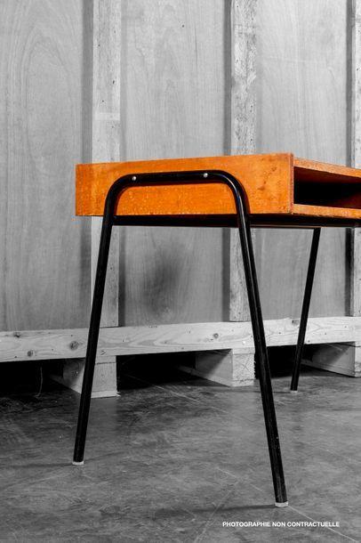 Attribué à Pierre GUARICHE (1926-1995) Bureau plat en bois naturel, ouvrant par un...