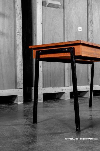 Attribué à Pierre GUARICHE (1926-1995) Lot de deux bureaux plats en bois naturel,...
