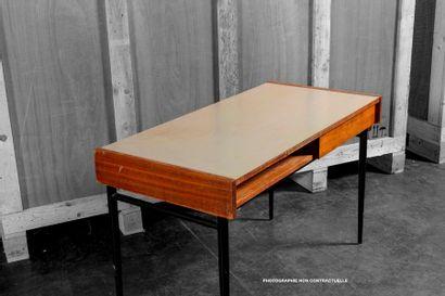 Attribué à Pierre GUARICHE (1926-1995) Bureau plat Acajou et hêtre, massif et plaqué,...