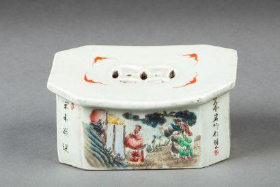 Appui-nuque en porcelaine Chine, début Xxème Appui-nuque en porcelaine à décor de...