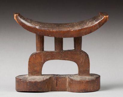 Appuie tête reposant sur trois colonnes disposé sur un arc de cercle