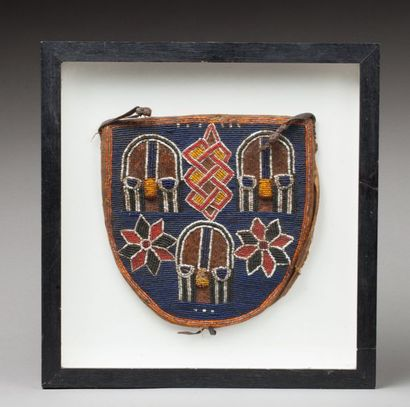 Ancien sac cultuel à décors de trois masques tressés et fleurs