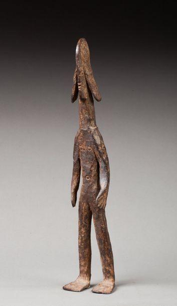 Statuette présentant une femme debout avec coiffe leontocephale