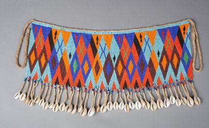 Cache sexe présentant un beau décor géométrise réalisé avec des perles de traites multicolores
