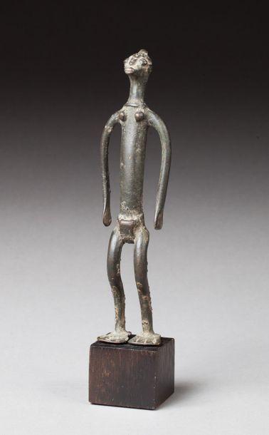 Statuette présentant un personnage aux belles formes longiligne, les jambes légèrement fléchies