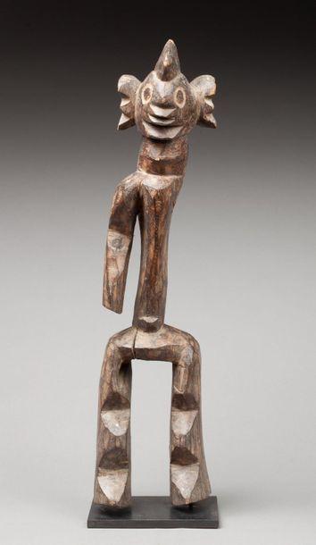 Statuette présentant un personnage debout sur des jambes aux articulations angulaires