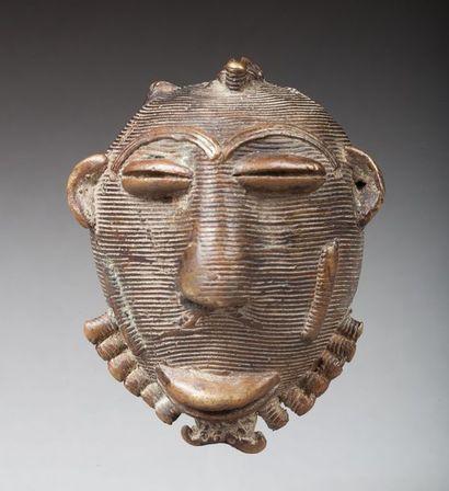Tête votive, elle présente un visage ancestral à l'expression douce.