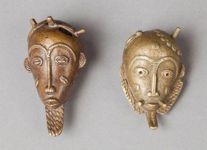 Ensemble de deux petits masques votifs présentant des visages de dignitaires à l'expression éveillée