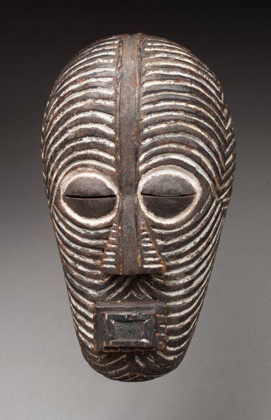 Masque de danse initiatique présentant un visage cubiste agrémenté de striures régulières